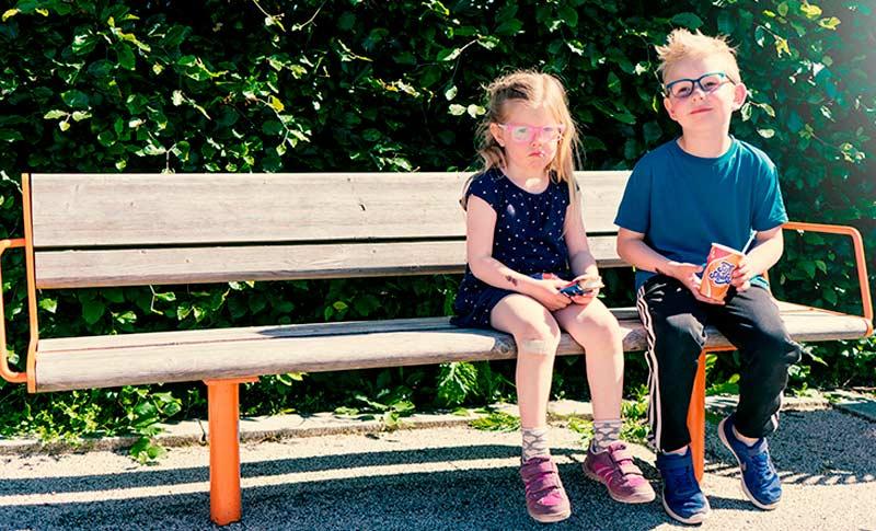 to barn med briller på en benk